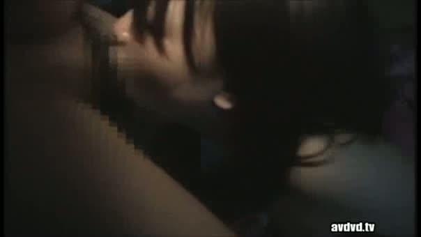 暗い部屋の中でオッサンの指マンに力んで感じまくるおねえさん