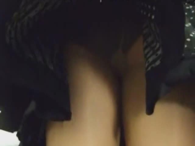 目の前にミニスカ生足があったのでバレないようにスカートをめくり極上Tバックとやらを大量盗撮w